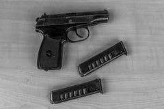 Pistolet militaire de combat de waepon en noir et blanc Photographie stock libre de droits