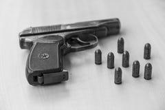 Pistolet militaire de combat de waepon en noir et blanc Photo libre de droits