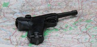 Pistolet na mapie Fotografia Stock