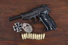 Pistolet nazi de Walther P38 de forces terrestres de l'Allemagne d'ère de WWII et récompenses militaires - insigne d'assaut de cr photo stock