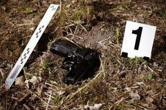 Pistolet sur la scène du crime photographie stock libre de droits
