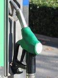 Pistolet vert de carburant sur la station service Essence sans plomb à la station de pompage Photo stock