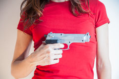 Pistolet w ręce kobieta z czerwoną koszula Zdjęcia Royalty Free