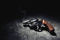 Pistolet z dymem na podłogowego, wysokiego kontrasta wizerunku, Obraz Stock