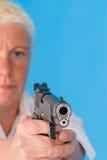 pistoletowa wskazuje na kobietę obraz stock