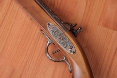 Pistolets de vintage sur le fond en bois Photo stock