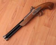 Pistolets de vintage sur le fond en bois Images libres de droits