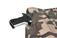1911 pistolets semi automatiques dans le dos de blanc de poche de culotte de camouflage Image stock