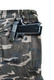 1911 pistolets semi automatiques dans le dos de blanc de poche de culotte de camouflage Images libres de droits
