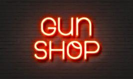 Pistoletu sklepu neonowy znak na ściana z cegieł tle Obrazy Stock
