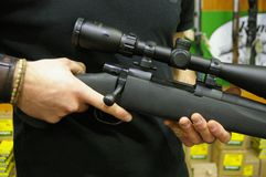 Pistolety, bronie palne i łowieccy karabiny na pokazie, obraz stock