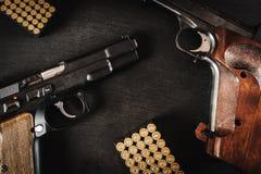 Pistolety i pociski na stole Fotografia Stock