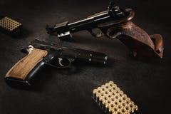 Pistolety i pociski na stole Obraz Stock
