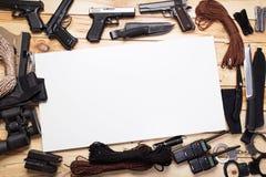 Pistolety i wojskowych knifes Fotografia Stock