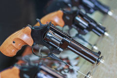 Pistolety na kontuarze obraz stock