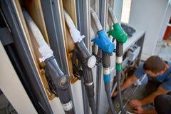 Pistolety przy benzynowej staci zbliżeniem, nikt Fotografia Royalty Free