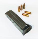 Pistoltidskrift och ammo Arkivfoto