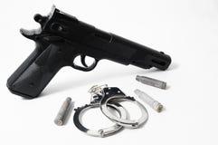 Pistolvapen och handbojor Royaltyfri Fotografi