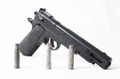 Pistolvapen och kulor Arkivfoto