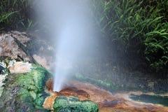 Piston d'eau chaude éclaboussant de la roche Image libre de droits