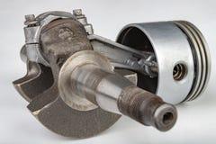 Piston et bielle d'un petit moteur à combustion Les composants ont eu besoin pour le support d'un générateur de haute puissance photographie stock
