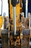 piston hydraulique en acier à tendre le cou, qui soulève et abaisse la dalle en béton pendant le travail de réparation photo stock