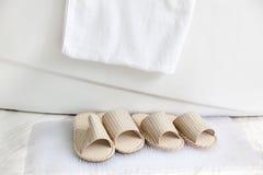 Pistoni e tovagliolo di bagno dalla vasca da bagno Fotografie Stock Libere da Diritti