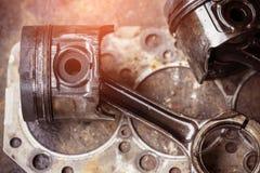 Pistons qui ont été employés pendant longtemps et dépassent l'usure image stock
