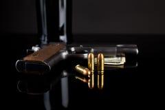 Pistool 1911 met munitie op zwarte Royalty-vrije Stock Afbeelding