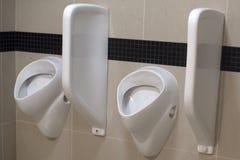 Pisuar w jawnej toalecie zdjęcia stock