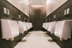 Pisuary w mężczyzna ` s jawnej nowożytnej toalecie, toalecie sanitarnej lub wc architektury projekta pojęciu, Obraz Royalty Free
