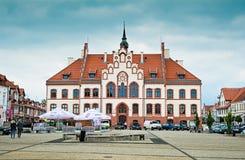 PISZ, POLONIA - 18 giugno 2016: Municipio in Pisz, costruito nel 1900 Fotografia Stock Libera da Diritti