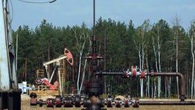 Piszczy lub ruruje od Pompowego Jack na szybie naftowym w Rosja zbiory