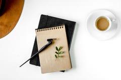 Pisze biuro w pisarskim pojęciu na biurka tła odgórnym widoku Zdjęcie Stock