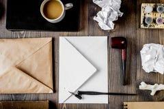 Pisze biuro w pisarskim pojęciu na biurka tła odgórnym widoku Obrazy Royalty Free