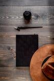 Pisze biuro w pisarskim pojęciu na biurka tła odgórnym widoku Obraz Stock