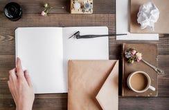 Pisze biuro w pisarskim pojęciu na biurka tła odgórnym widoku Obrazy Stock