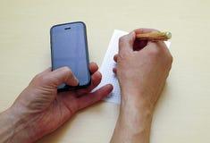 Pisze kawałek papieru informacja od twój telefonu fotografia royalty free