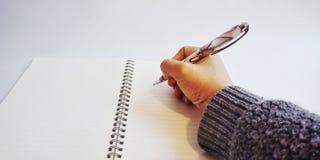 Pisze książce zdjęcia stock