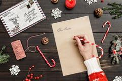 Pisze liście Santa na drewnianym stołowym dekoraci tle Zdjęcia Royalty Free