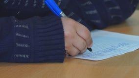 Pisze piórze na papierze zbiory wideo