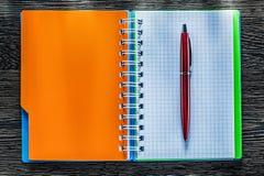 Pisze spirala sprawdzać notatnika na rocznik drewnianej desce zdjęcie stock