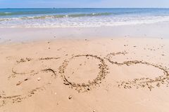Pisze symbolu dla pomocy na piasku SOS symbol na piasku Zdjęcie Stock