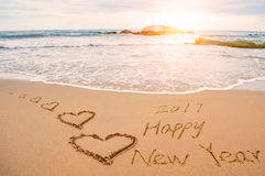 Pisze 2017 szczęśliwych nowy rok na plaży z sercami Zdjęcia Royalty Free