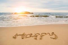 Pisze szczęśliwym na plaży zdjęcie royalty free