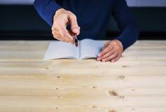 Pisze wskazywać robić mężczyzna ręką, dochodzeniem i gniewnym opowiadać, Zdjęcie Stock