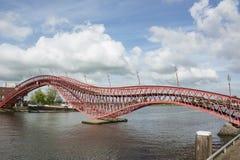 Pitão moderno vermelho longo da ponte em Amsterdão no dia Fotos de Stock