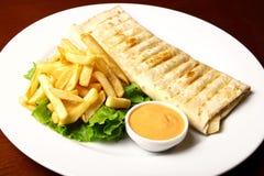 Pita с fries и соусом Стоковое Изображение RF