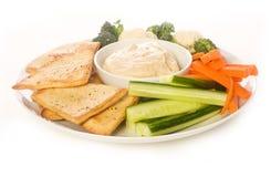 Pita Chip und Gemüse-Mehrlagenplatte Stockbilder