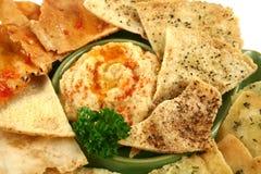 Pita Chipsletten und Hommus stockfoto